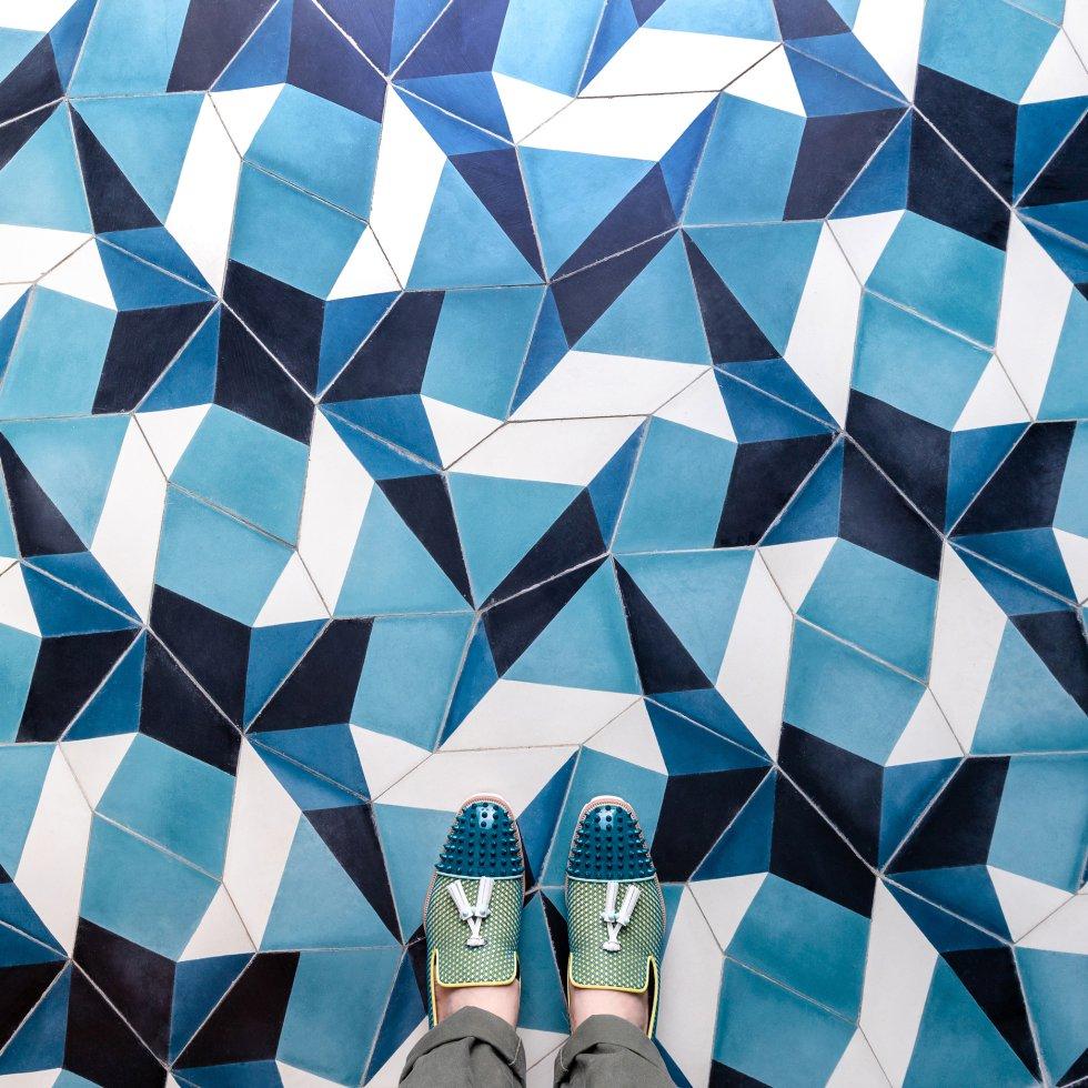 """Erras voló a Marrakech hace ya una década para explorar el palacio Real y los mosaicos que se construyeron hace dos siglos por orden del gran visir Si Moussa. Después repitió: """"Volví a Marrakech este mismo año para explorar un poco más sus suelos. Acabé en casa de dos fabricantes locales de azulejos (PophamDesign) que usaban su hogar como patio de recreo para todas sus creaciones. Con esos diseños modernos y tan coloridos, sentí como si estuviera en el cielo""""."""