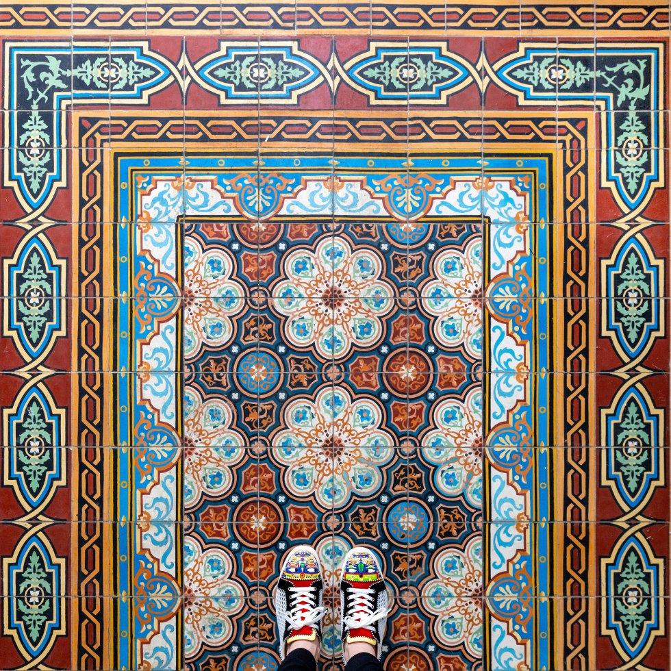 """""""Todas las ciudades que he visitado hasta ahora tienen sus propias características cuando se trata de azulejos y mosaicos. En Barcelona ves preciosos suelos de azulejo, en Londres hay increíbles mosaicos y Paris tiene lo mejor de ambos mundos. Siempre me ha fascinado el patrón y la paleta de colores que tienen los azulejos de París. ¡Me encanta combinarlo con mis zapatos!"""", cuenta Erras de la ciudad que en 1867 acogió la Exposición Universal en la que Garret, Rivet y Cíase presentaron el mosaico hidráulico como alternativa a la baldosa tradicional y arrancaron una auténtica revolución."""