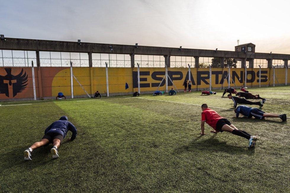 Un grupo de jugadores del Espartanos hace flexiones en un entrenamiento.