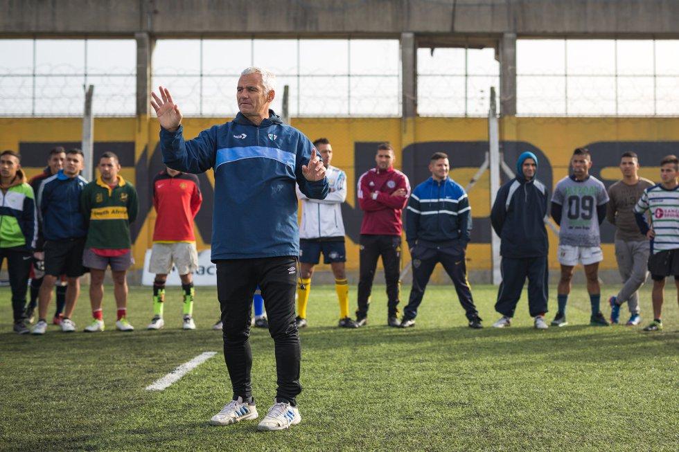 Eduardo Oderigo, Coco, el entrenador, da instrucciones a los jugadores, todos ellos reclusos con condenas no inferiores a siete años.