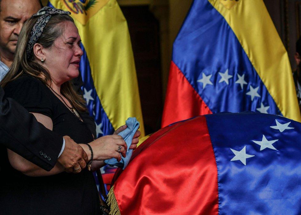 La hermana del difunto concejal de la oposición, Fernando Albán, llora junto al ataúd, durante su velatorio en el edificio de la Asamblea Nacional, en Caracas.