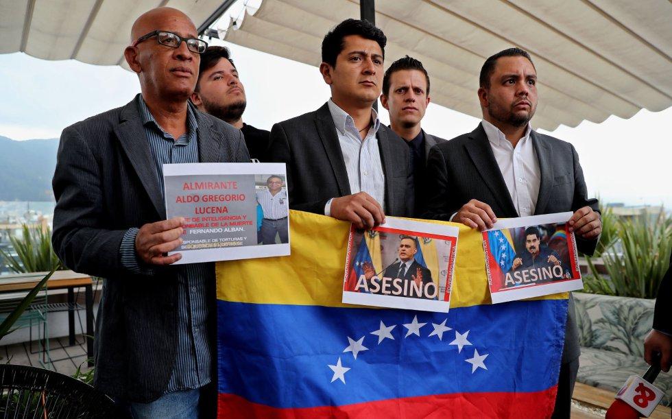 Dirigentes venezolanos, encabezados por el Concejal del estado Táchira, Simón Gamboa (c), se reúnen para rechazar la muerte del concejal venezolano Fernando Albán, en Bogotá (Colombia).