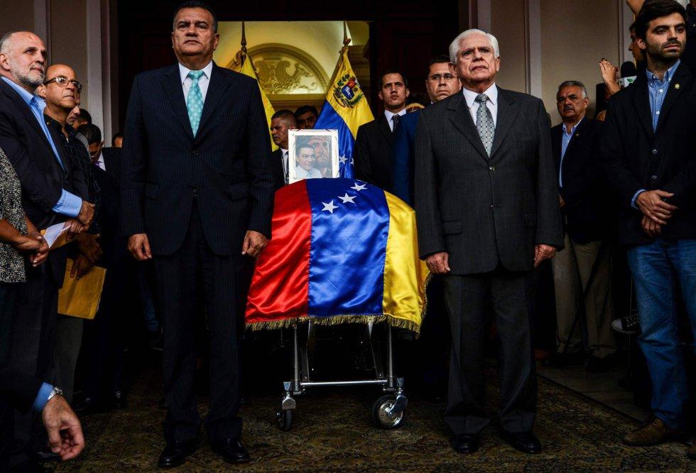 El presidente de la Asamblea Nacional de Venezuela, Omar Barboza (CR), junto con otros miembros de la Asamblea Nacional, junto al ataúd del difunto concejal de la oposición Fernando Albán, a la entrada del Parlamento Venezolano.