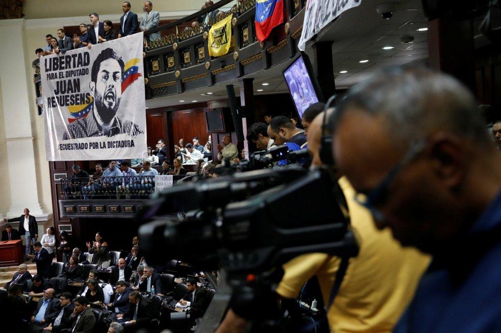 Una pancarta con el retrato del legislador venezolano detenido, Juan Requesens, desplegada durante el homenaje a Fernando Albán en la Asamblea Nacional, en Caracas.