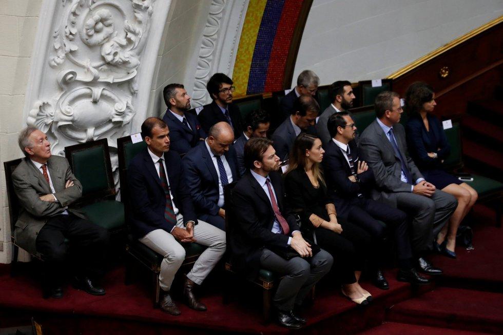Un grupo de representantes diplomáticos durante la sesión especial para honrar al legislador Fernando Albán en la Asamblea Nacional, en Caracas.