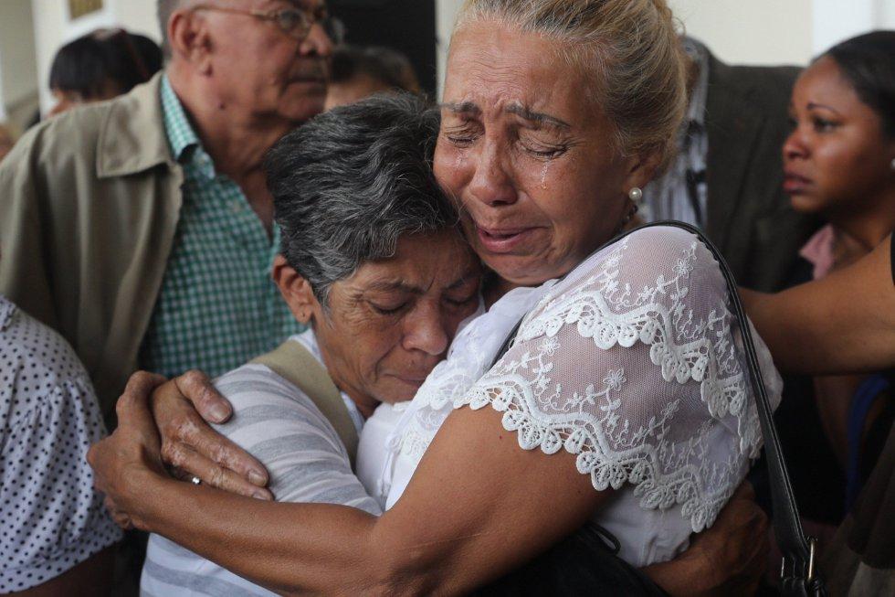 Compañeras de trabajo lloran mientras llega el féretro con el cuerpo del concejal Fernando Albán al Palacio Legislativo, en Caracas (Venezuela).