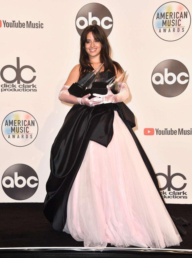 Camila Cabello, con sus premios a la Canción favorita por 'Havana' y a Artista del año.