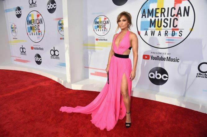 Jennifer Lopez llega a la alfombra roja de los American Music Awards en el Microsoft Theater.
