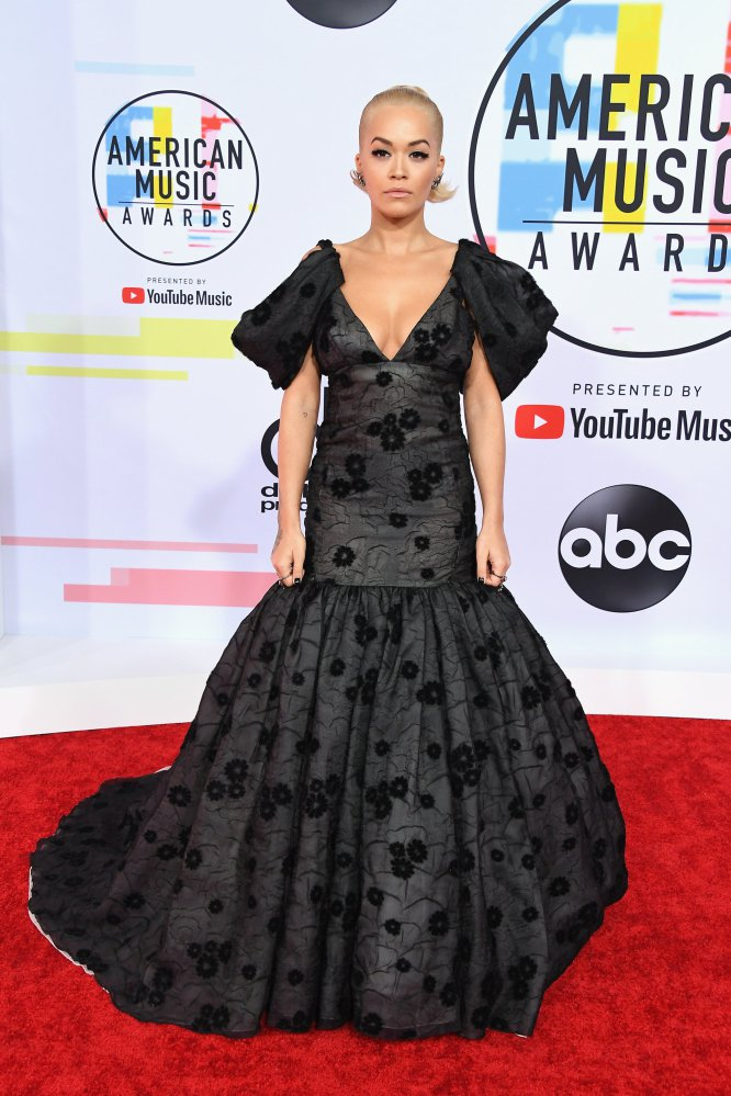 Rita Ora, sobre la alfombra roja de los AMA.