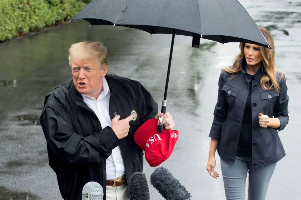 En uno de los desplantes más recientes, el presidente de Estados Unidos dejó el pasado lunes a su esposa en la lluvia, mientras él se cubría con un paraguas para hablar con los periodistas. Esto se produjo antes de su visita a los Estados de Georgia y Florida para comprobar la devastación causada por el huracán Michael.