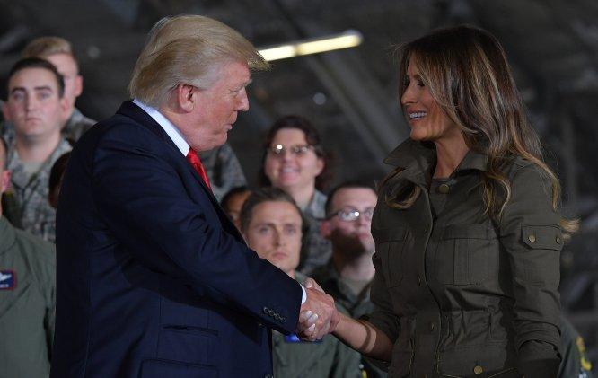 En un acto en la base aérea de Joint Andrews en septiembre del pasado año, Melania Trump dio un pequeño discurso antes de invitar a su esposo al podio, y, en un gesto totalmente inesperado, el presidente de Estados Unidos le dio a su esposa un apretón de manos, en lugar de un beso. A continuación, la empujó suavemente fuera del escenario, en uno de los momentos más incómodos de la pareja.