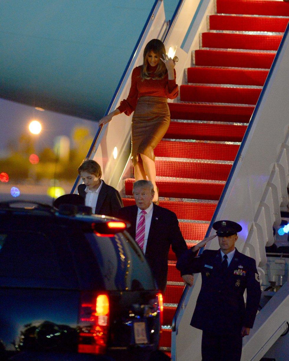 Pero la ceremonia inaugural no fue la única ocasión en la que Donald Trump dejó a su esposa atrás. Es habitual que el mandatario salga primero del avión presidencial y deje a su esposa bajar sin esperarla ni ofrecerle ayuda. En la fotografía, en Palm Beach (Florida) en noviembre de 2017.