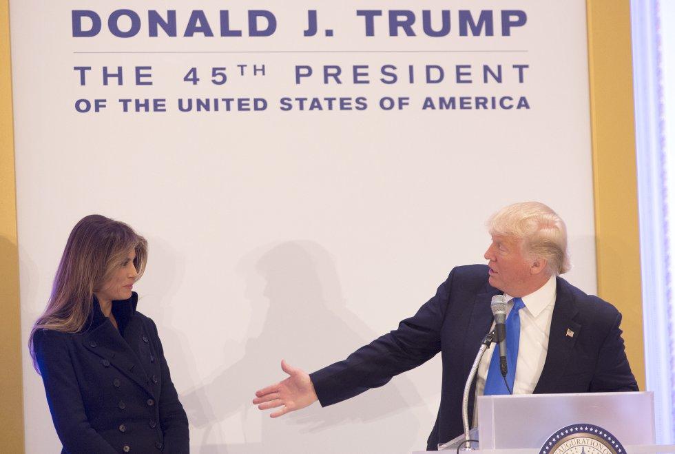Melania Trump suele mantener un perfil bajo en los eventos del presidente, y es por eso que se sorprendió cuando en enero de 2017 Donald Trump la invitó a hacer un discurso frente a los líderes republicanos. A pesar de su notoria incomodidad, la primera dama terminó diciendo algunas palabras.