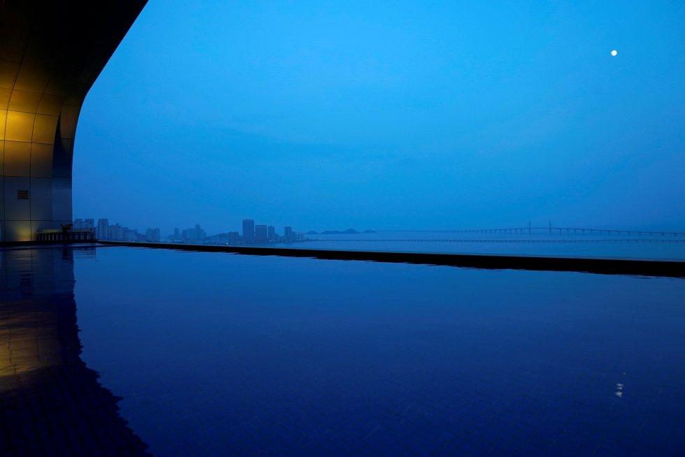 El puente, uno de los proyectos más ambiciosos de China hasta la fecha, reduce la distancia entre las tres ciudades de más de tres horas a apenas 30 minutos, lo que facilitará el flujo de pasajeros y turistas por la región. En la imagen, vista panorámica del puente durante la noche.