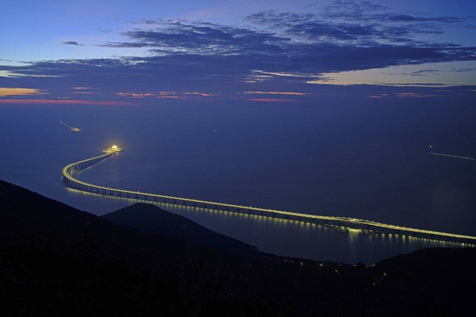 La zona donde ha sido construido el puente es una de las que mayor tráfico de cargueros soporta al sur del país. Por ello, se han tenido que construir túneles bajo el mar en un área sometida a fuertes corrientes y tifones durante el verano, que se conectan con el puente a través de dos islas artificiales.