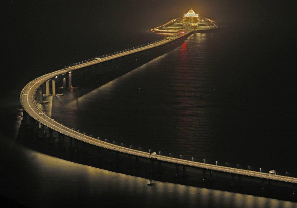"""El presidente chino, Xi Jinping, ha declarado oficialmente inaugurado el puente y ha dado la orden para que la infraestructura se abra al tráfico de vehículos el miércoles. """"Declaro el Puente Hong Kong-Zhuhai-Macao oficialmente abierto"""", ha asegurado Xi en el acto."""