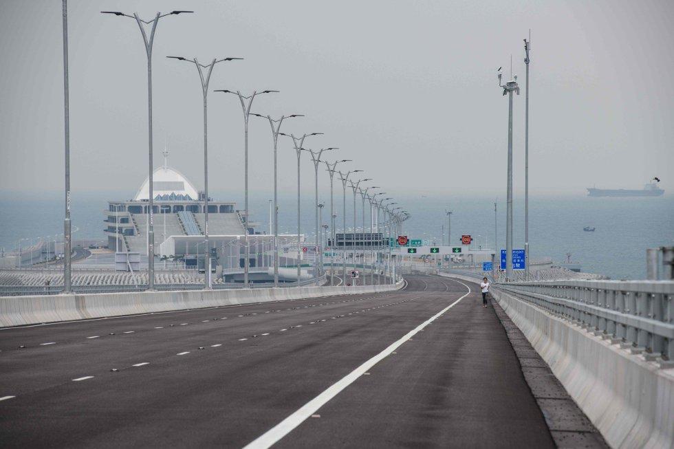El puente se abrirá al tráfico el miércoles 24 de octubre tras casi nueve años de trabajo y varios retrasos en su inauguración, prevista inicialmente para 2016. En la imagen, un tramo de la infraestructura a su paso por Hong Kong.