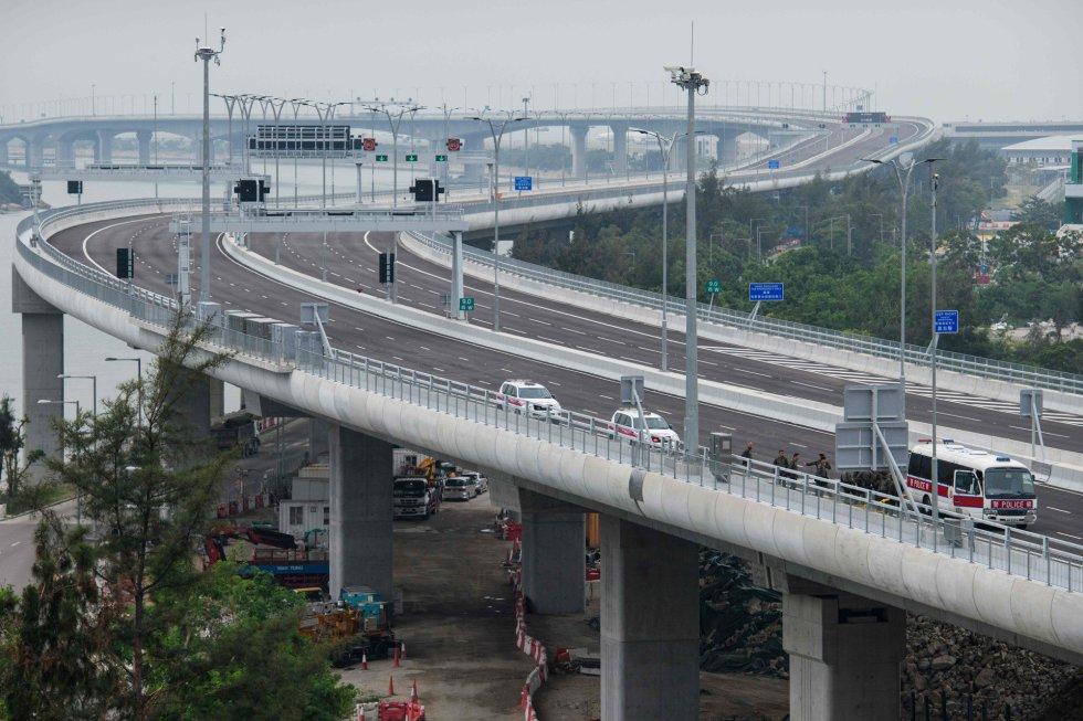 Varios coches de policía en el puente Hong Kong-Zhuhai-Macau, el 23 de octubre de 2018.
