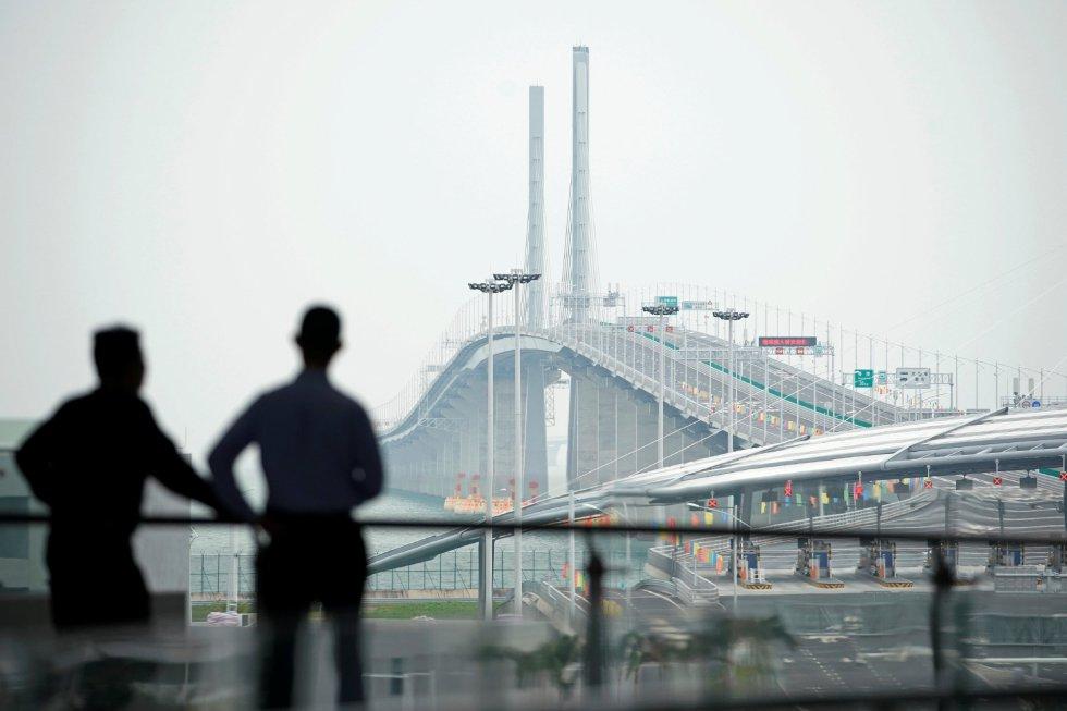 Dos personas observan el puente, el 23 de octubre de 2018.