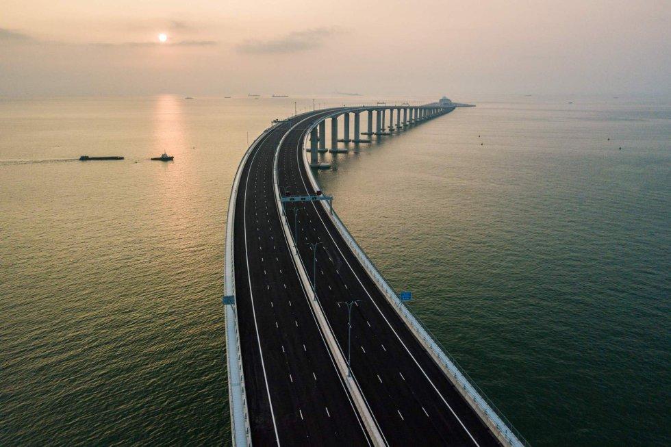 El mayor puente del planeta construido sobre el mar, de 55 kilómetros de longitud y que une las ciudades de Hong Kong, Zhuhai y Macao se ha inaugurado este martes, 23 de octubre con la presencia del presidente chino Xi Jinping, según informan medios locales. En la imagen, un hombre pesca en su embarcación cerca de la infraestructura, en la localidad de Zhuhai, al sur de China.