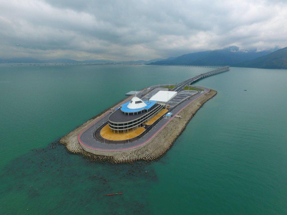 Vista aérea de la isla artificial del puente Zhuhai Macau, que conecta Hong Kong y las poblaciones chinas de Zhuhai y Macau, durante su inauguración oficial en Hong Kong.