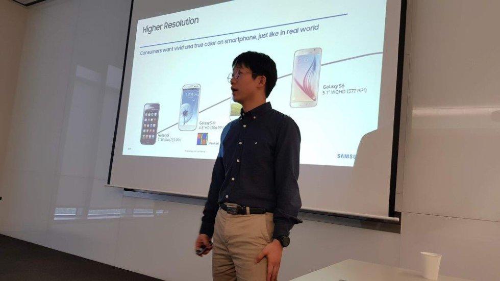 Un ingeniero de Samsung explica cómo han resuelto las demandas de los usuarios, que a lo largo de los años han reclamardo de las cámaras de los móviles más resolución, más pantalla, más alcance, más usabilidad, nuevos diseños y menos consumo de batería, algo que se ha mejorado con la tecnología OLED (diodo orgánico de emisión de luz).