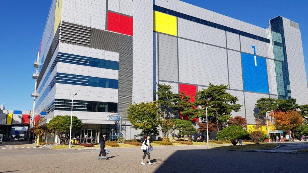 Giheung acoge el campus más rentable de Samsung. Un total de 17 edificios (se está construyendo el 18º) acogen, entre otras unidades, las líneas de producción de semiconductores con los que se fabrican las memorias, chips y componentes de luces LED. La compañía coreana se ha convertido en el primer fabricante mundial de estos componentes.