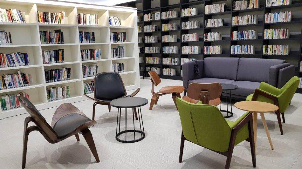 Todos los complejos cuentan con bibliotecas especializadas con literatura específica sobre tecnología. Una de las sede cuenta incluso con un rocódromo interior. Cualquier necesidad puede ser satisfecha sin abandonar las instalaciones.