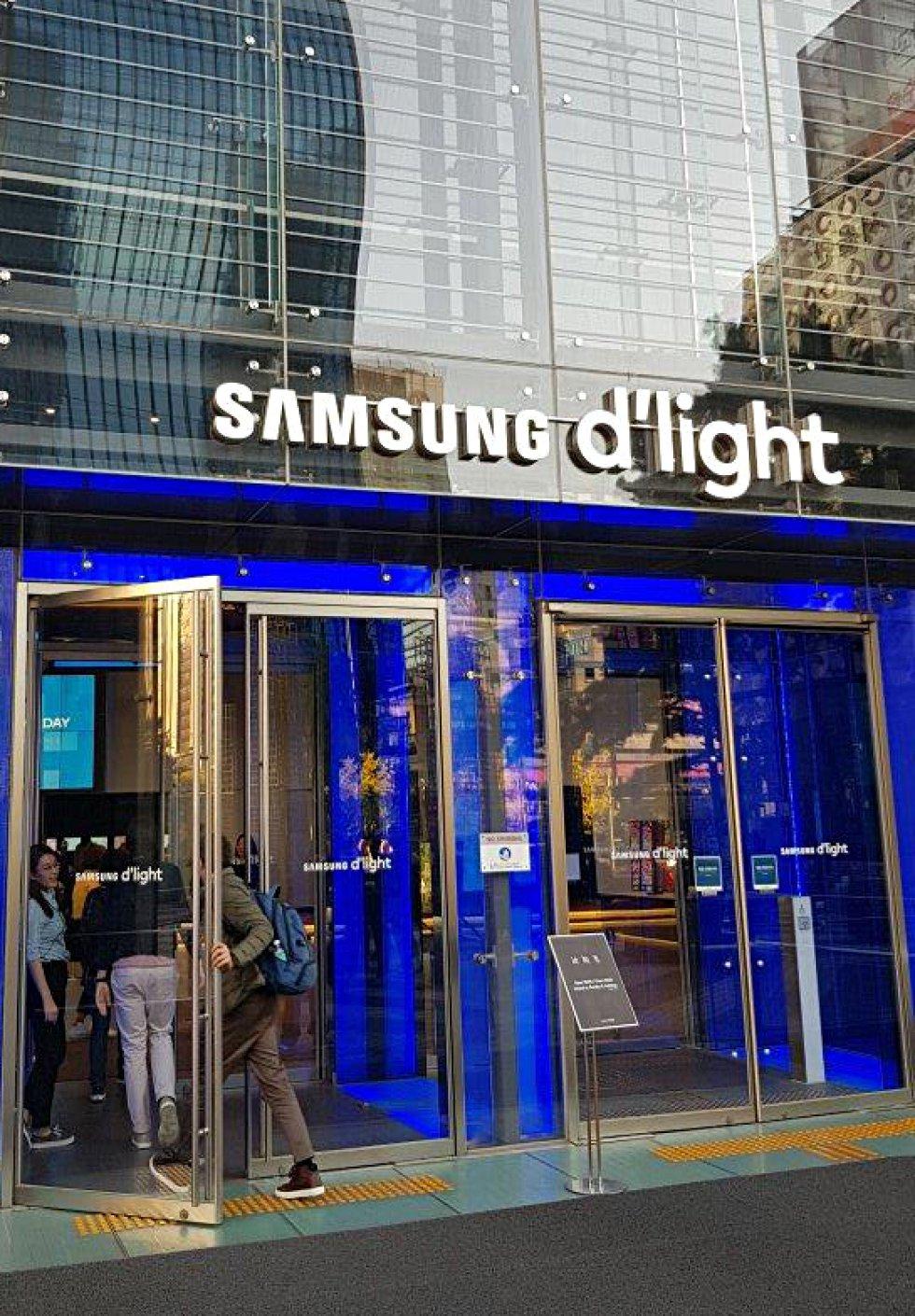 El centro de Seúl cuenta con la mayor tienda de Samsung, situada en lo que fue la sede central del 'chaebol', denominación del modelo del conglomerado empresarial coreano que incluye, además del complejo tecnológico, desde hoteles hasta agencias de publicidad, constructoras o compañías de seguros, entre otras decenas de empresas.