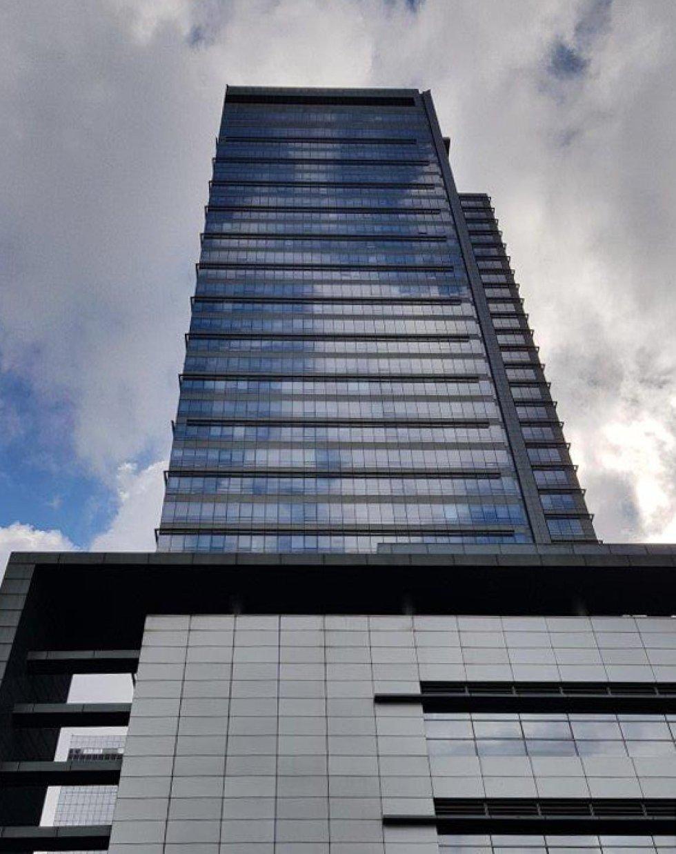 Uno de los edificios centrales del campus de Suwon, el más antiguo del imperio de Samsung, nacido de una empresa de alimentación y textil en 1938 y en uno de los países más pobres del mundo. Este campus alberga 35.000 de los 320.671 trabajadores repartidos por 73 naciones. Los 11.680 millones de euros invertidos el pasado año en investigación han generado 194.512 millones de euros en ingresos. Solo en España, el beneficio después de impuestos ascendió a 29,09 millones (8,1% más que el año anterior). Corea del Sur se encuentra hoy entre los 15 países más ricos del planeta.