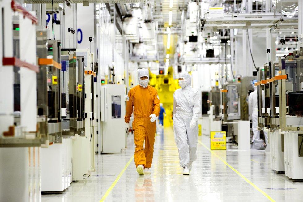La fabricación de semiconductores se realizan en plantas altamente robotizadas, aisladas y esterilizadas, donde los escasos ingenieros transitan vestidos como si se enfrentaran a una guerra biológica. Se ha conseguido un grado de eficiencia de más del 80%, una de las claves de la rentabilidad de las plantas de semiconductores de este gigante, convertido en el primer fabricante de este tipo de componentes en el mundo.