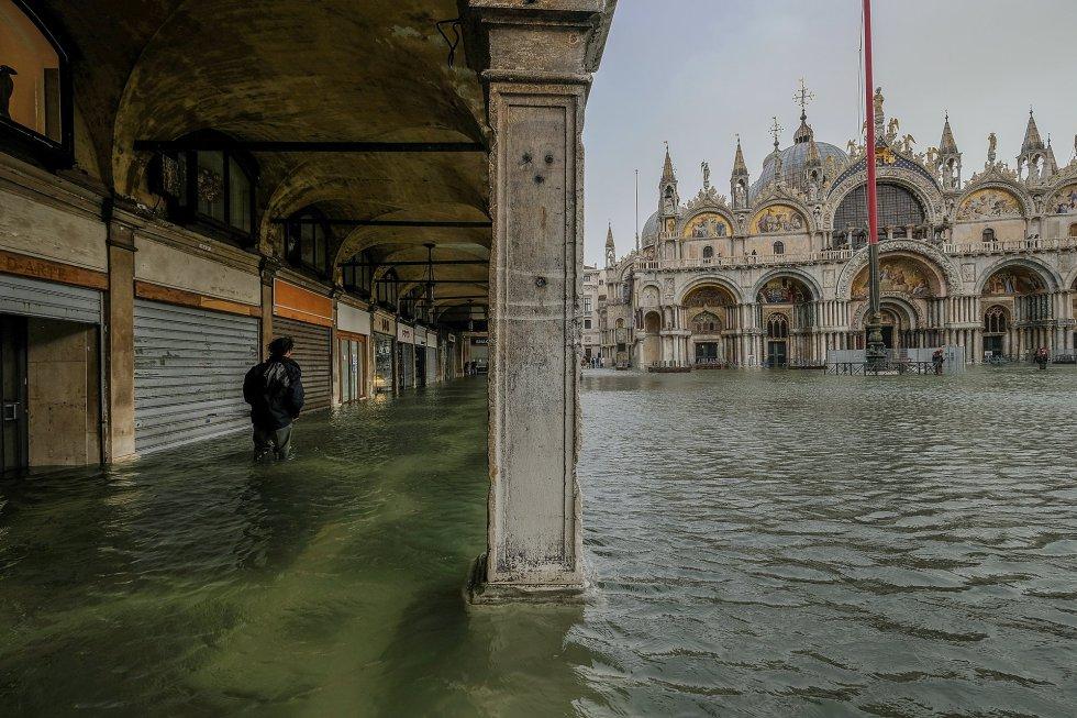Las autoridades han suspendido el servicio de transporte público urbano, los 'vaporetti'. En la imagen, la plaza y la basílica de San Marcos.