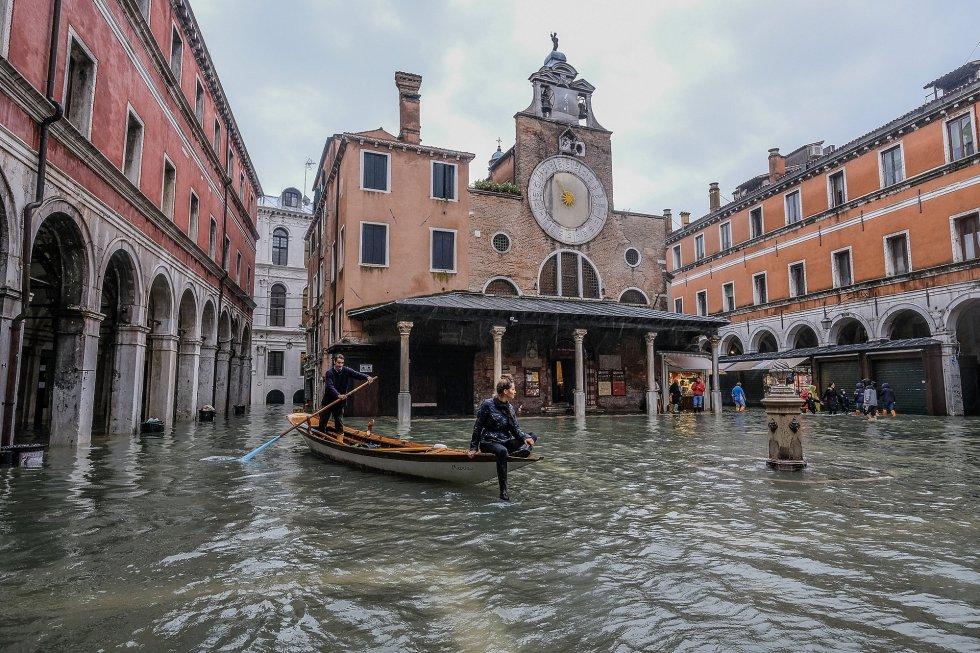 Una góndola navega en Campo San Giacometto en Venecia, donde las calles permanecen indudadas con una previsión de que la marea alta alcance 110 centímetros este martes.