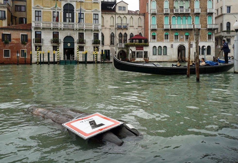 Una señal derribada durante una tormenta la pasada noche en Venecia. Diez personas han fallecido en Italia a causa del temporal de fuertes vientos y lluvias torrenciales que mantiene en alerta a varias regiones del país.