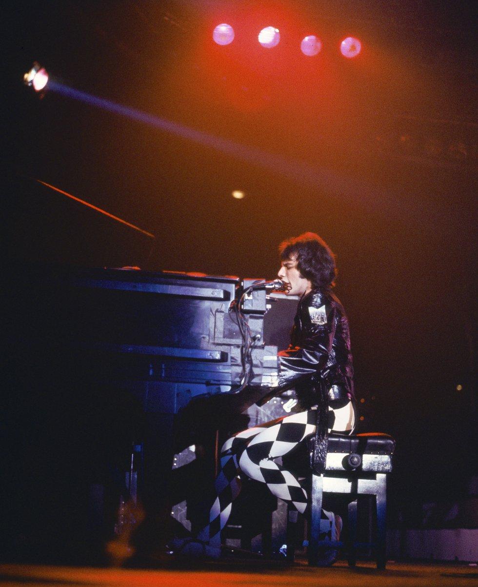 """Por que é tão boa.  Com seu ritmo endiabrado e sua mensagem de """"vou comer o mundo"""", é melhor que qualquer livro de autoajuda. Embora seja um tema inequívoco de rock, não há guitarra exceto no solo: conseguir essa potência só com piano, baixo e bateria é algo que não está ao alcance de qualquer um.    História da canção.  A rica discografia do Queen permite que aconteçam coisas como esta: que um tema que em seu momento não teve especial repercussão seja redescoberto com o passar dos anos —graças à publicidade e o cinema— e hoje figure entre seus títulos mais emblemáticos. Mercury escreveu a letra em um momento de especial subida, utilizando a astronomia como metáfora de sua excitação febril: """"Sou uma estrela fugaz pulando pelo céu"""", """"viajo à velocidade da luz"""", """"sou um foguete a caminho de Marte"""" ou """"sou um satélite fora de controle"""" são algumas dessas referências. Embora a frase mais redonda seja: """"Estou ardendo através do céu a 200 graus, por isso me chamam Mr. Fahrenheit"""". Pertence a seu último disco dos anos setenta, nos quais começaram a experimentar com outros estilos (contém um tema disco, 'Fun it') .  Em 2014, no Reino Unido elegeram-na como  a melhor canção para dirigir .   Escutar a canção  aqui ."""
