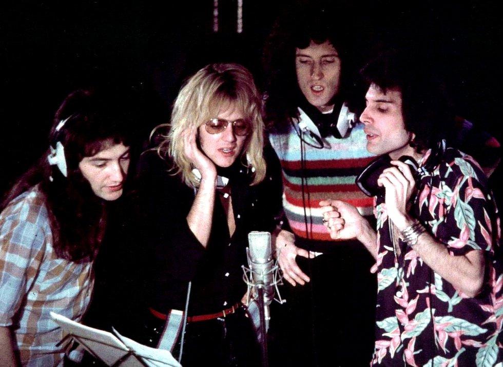 """Por que é tão boa.  Quatro roqueiros ingleses soando como um coro gospel de cem pessoas. E, ao mesmo tempo, 100% Queen.    História da canção.  Depois do sucesso de 'Bohemian Rhapsody', Mercury tentou fazer algo parecido no disco seguinte, 'A Day at The Races '.  Com uma variante: em vez de se inspirar na tradição operística europeia, o fez no gospel norte-americano. """"É novo, é ligeiramente diferente"""", explicou Freddie  à revista 'Circus'  em 1977. """"Mas ainda soa ao Queen de sempre"""". Na mesma entrevista, o baterista Roger Taylor explicou que este tema """"está muito influenciado por Aretha Franklin. Freddie está muito pendurado nela"""". A diferença de 'Bohemian rhapsody' ,  diz respeito mais ao formato regular de canção de rock. Composta por Mercury ao piano, a letra vai dirigida a Deus, a quem pede explicações por uma vida vazia de amor: """"Passei a vida acreditando em ti mas não encontro alívio, Senhor"""". O arranjo dos coros é verdadeiramente soberbo. Chegou ao número dois na lista de vendas britânica.   Escutar a canção  aqui ."""