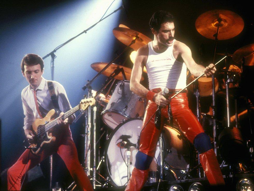 """Por que é tão boa.  A linha do baixo resulta tão aderente quanto um bom estribilho. E é uma aposta segura para pôr as pernas para o ar numa discoteca.    História da canção . O baixo de John Deacon, autor do tema, é o protagonista absoluto do 'single' mais vendido da história de Queen (foi número um de vendas nos Estados Unidos e em quase todo o mundo). Como bom baixista, flipava com o funk e a música disco, e parece que depois de muito escutar a Chic criou esta base rítmica prodigiosa. O tema está adereçado com efeitos de som que hoje podem parecer obsoletos, mas em seu momento eram dos mais modernos: lembram a decolagem de uma nave espacial. O Queen punha assim um pé nos anos oitenta, quando se supunha que a ficção científica ia deixar de ser ficção. Contudo, a banda não tinha muita confiança neste tema, e,  segundo revelou  Roger Taylor, foi Michael Jackson quem, depois do escutar, lhes disse: """"Garotos, estão loucos se não o lançam como 'single"""". A bateria também lembra que muitos DJ de emissoras de soul acharam, ao o ouvir pela primeira vez, que o tema era de um grupo afroamericano.   Escutar a canção  aqui ."""