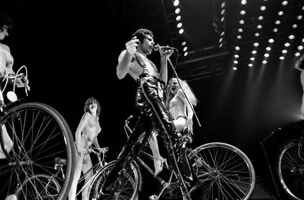 """Por que é tão boa.  É originalísima, tanto por sua composição como por sua letra.    História da canção.  Uma lâmpada acendeu na cabeça de Mercury — que não tinha especial predileção pelas bicicletas— quando ele viu passar o pelotão do Tour da França próximo ao estúdio onde o Queen estava gravando 'Jazz' em Montreux (Suíça). Com essa imagem desenvolveu uma lista de ideias contrapostas (""""Você diz branco, eu digo negro  Você diz ladrar, eu digo morder""""), sazonada de agudos comentários sobre 'Star Wars', 'Tubarão', 'Peter Pan', 'Superman' ou 'Frankenstein', com a ânsia de liberdade como profundidade. Também foi muito original seu lançamento como 'single', dado que 'Fat bootmed girls' era um tema siamês: na letra de um se mencionava o outro e vice-versa. Seu vídeo causou sensação: mostra um nutrido grupo de modelos nuas pedalando em bicicleta nas redondezas do estádio de Wembley.   Pode ver o vídeo  aqui ."""