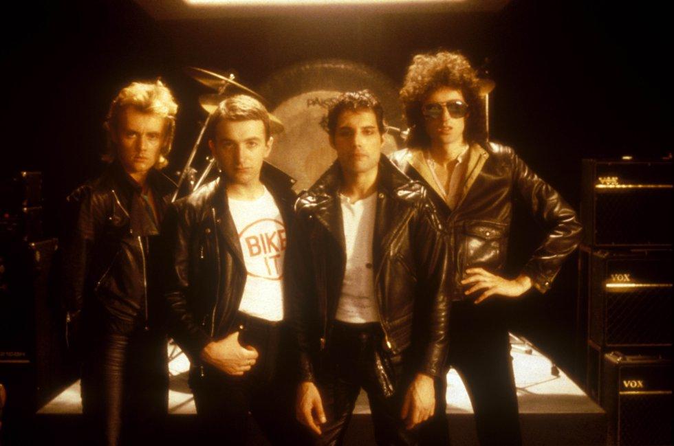 """Por que é tão boa.  Porque é uma maravilhosa raridade dentro da discografia do Queen. Uma canção de latido acústico, com um ritmo de rock and roll dos anos cinquenta que poderiam ter assinado alguns revisionistas como Stray Cats. Mas não: é do Queen e lhes rendeu muito dinheiro, já que foi a primeira vez que o grupo chegou ao número um das paradas nos Estados Unidos.     A história da canção . """"Saiu em cinco minutos enquanto tomava um banho"""", declarou Freddie Mercury sobre 'Crazy Little Thing Called Love'. Depois chegaria a fase de polir, mas basicamente saiu dali, de um banho relaxado em um quarto de hotel do Hilton de Munique, onde o grupo foi gravar o disco 'The Game'. O vídeo é curioso, com todos os membros vestidos de roqueiros duros (couro em tudo) e onde Mercury, agasalhado por belas moças, exerce o papel de macho alfa como se fosse um componente do Led Zeppelin.   Escutar a canção  aqui ."""