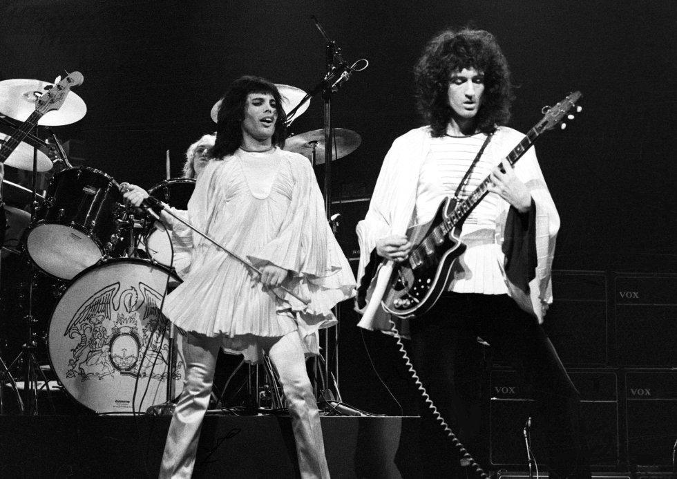 """Por que é tão boa.  Para o fá que se afeiçoou ao Queen nos anos oitenta talvez este trem desbocado não soe familiar. Mas sim, o Queen foi duro, muito duro. 'Now I´m here' é o exemplo, uma canção de rock perfeita: energia, melodia e uma interpretação feroz. Há até um mini-solo de bateria.    A história da canção.  Desta vez o compositor é Brian May, e em circunstâncias chamativas. Escreve durante uma convalescença no hospital, afetado por uma hepatite. """"Estávamos em plena turnê pelos Estados Unidos com Mott the Hoople e tivemos que suspender por minha doença. Foi um trampo. Inclusive cheguei a temer que me substituíssem, de modo que comecei a escrever canções para o próximo disco"""", contou May. Na letra se faz referência à turnê com Moot the Hoople e inclusive uma menção a um clássico de Chuck Berry, 'Little Queenie'.   Escuta a canção  aqui ."""