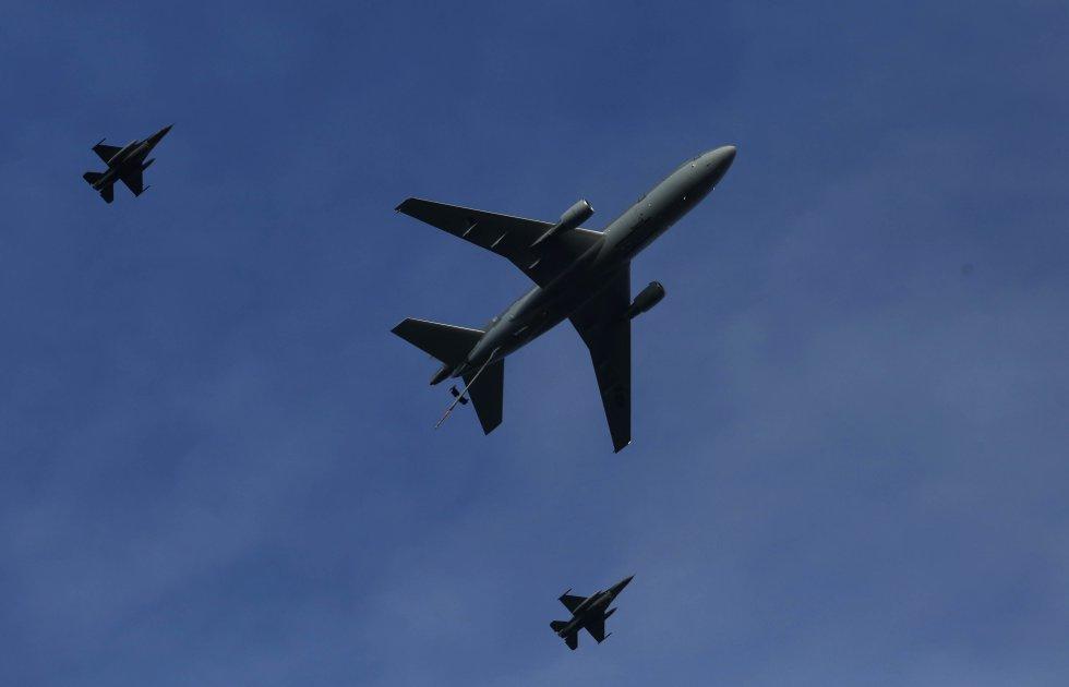 Tres aviones se despliegan durante las maniobras.