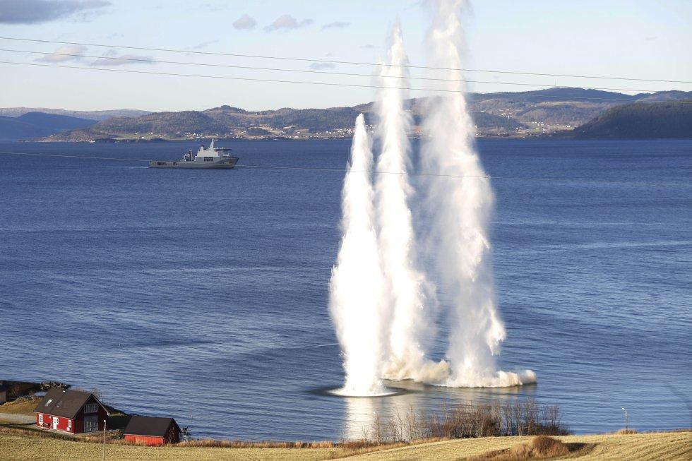 Vista de una explosión durante las maniobras militares que han tenido lugar en Trondheim (Noruega).