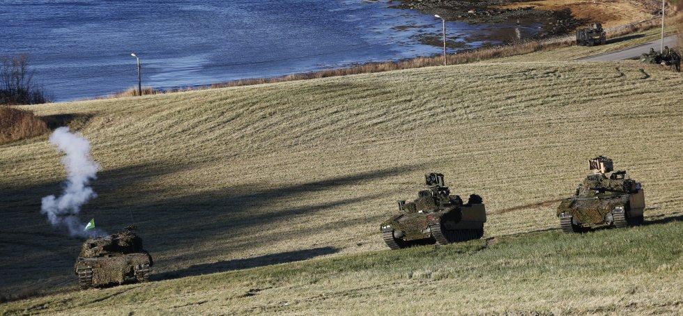 Un tanque abra fuego durante el despliegue de varios carros de combate.