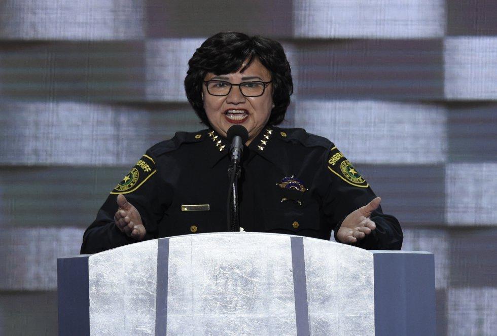 La que durante años fue 'sheriff' de Dallas puede convertirse en la primera gobernadora de Texas de origen latino y lesbiana. Hija de migrantes mexicanos y la menor de ocho hermanos, trabajó en el campo durante su infancia. Estudió administración y después hizo una maestría en criminología y justicia penal. La demócrata obtuvo más votos que cualquier otro candidato de su partido en las primarias. Durante casi 30 años trabajó en el Departamento de Seguridad Nacional, dedicándose a casos de fraude y drogas, antes de ser elegida 'sheriff'. Una de las críticas que se le han hecho es que se escuda en su sexualidad y sus orígenes para esquivar preguntas políticas en los debates.