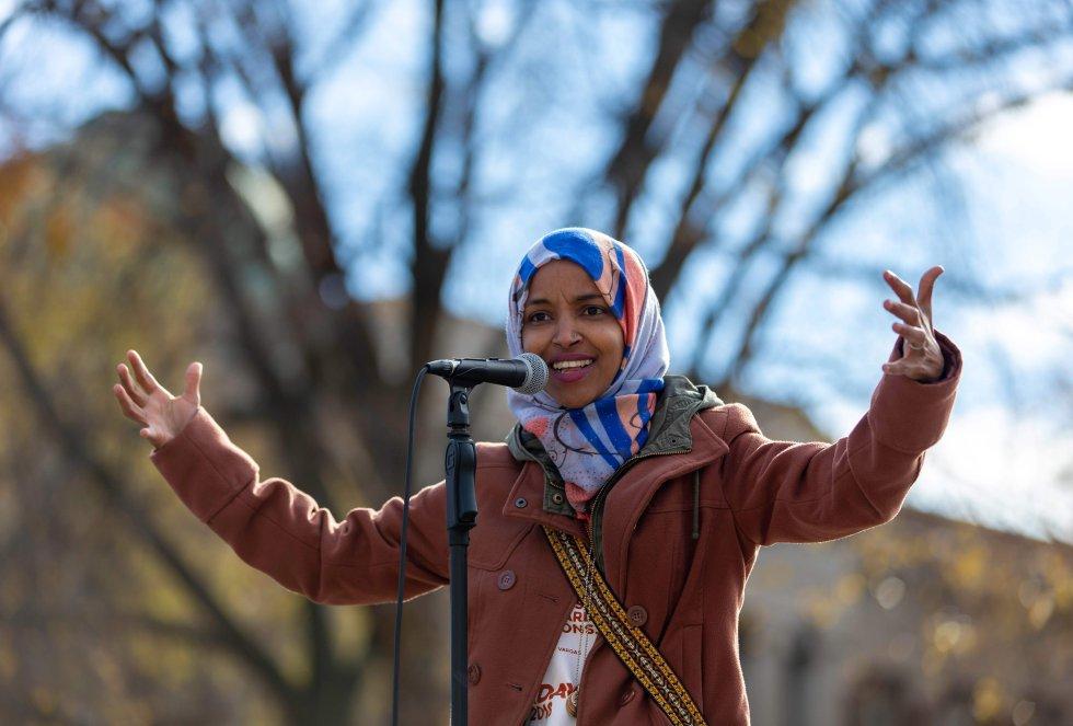 En noviembre de 2016 Omar se convirtió en la primera legisladora somalí-estadounidense del país. Dos años después puede ser la primera mujer de ese origen en llegar al Congreso en representación de Minnesota. La musulmana demócrata de 33 años huyó junto a su familia de la guerra de Somalia, vivió cuatro años en un campo de refugiados en Kenia y llegó a Estados Unidos a los 12. Omar promueve la sanidad universal, la abolición del ICE, (por sus siglas en inglés), la gratuidad de la matrícula en las universidades y el aumento del salario mínimo a 15 dólares la hora. La zona por la que se enfrentan, que incluye Minneapolis -donde vive una gran comunidad de somalíes-, no ha sido representada por un republicano desde 1962.