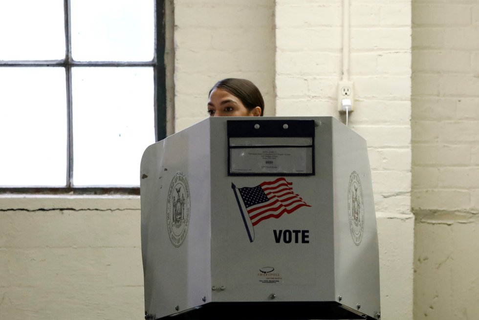 La candidata demócrata Alexandria Ocasio-Cortez durante su votación en una mesa electoral en Nueva York.