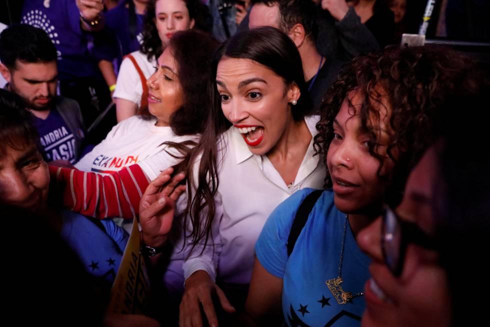 La candidata demócrata Alexandria Ocasio-Cortez celebra la victoria de su candidatura a la Cámara de Representantes en Nueva York, el 6 de noviembre de 2018.