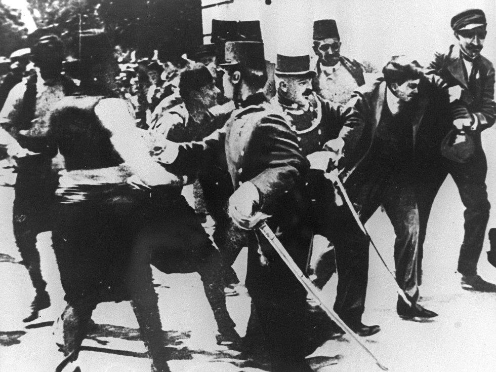 Fotografía tomada el 28 de junio de 1914 del terrorista serbio Gavrilo Princip (segundo por la derecha) tras su arresto después del asesinato del archiduque Francisco Fernando de Austria y su esposa en Sarajevo, episodio desencadenante del inicio de la Gran Guerra.