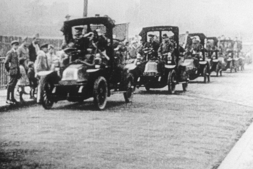 En esta foto de archivo tomada en 1914, los taxis franceses Renault conducen a las tropas francesas en su camino hacia el frente del Marne.