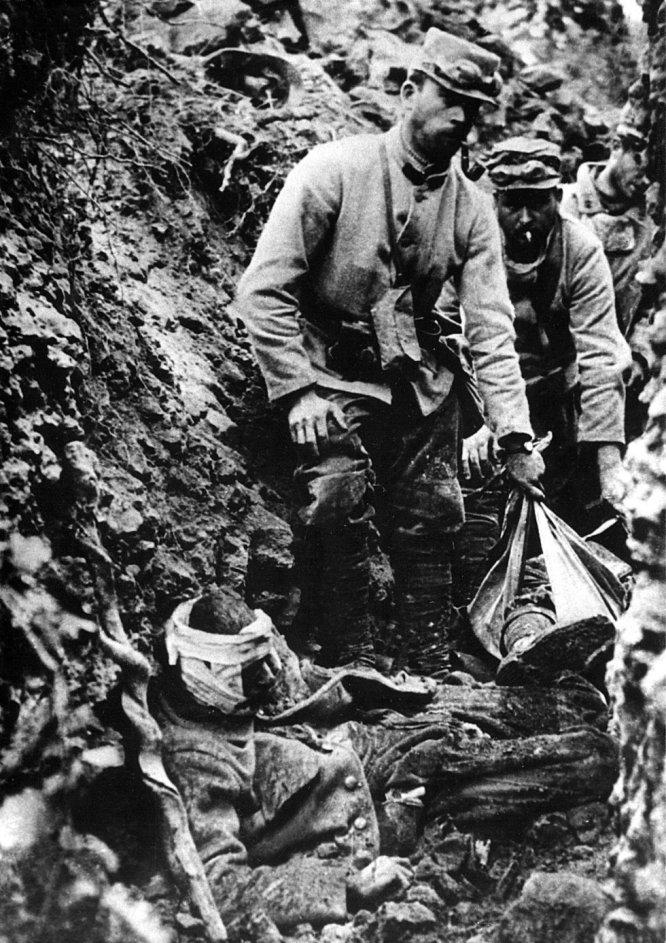 Fotografía de archivo que muestra a soldados franceses recogiendo los restos de compañeros muertos y auxiliando a los heridos tras un ataque alemán.